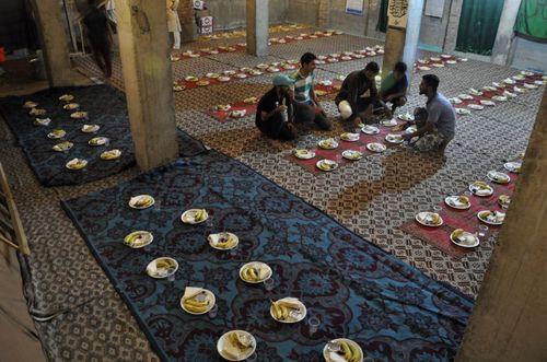 افطاری در مسجد شیعیان در سرینگر کشمیر