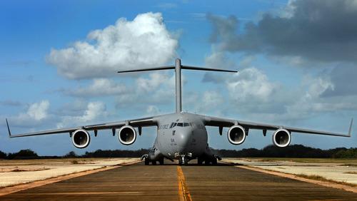 سی-۱۷ گلوبمستر ۳  بزرگترین و مجهزترین هواپیمای باربری موجود در نیروی هوایی آمریکا میباشد. این هواپیما توانایی رساندن انواع بار و نیروها را با سرعت بالا به پایگاههای منطقهٔ نبرد را دارد. این هواپیما در عین حال میتواند نیروهای تاکتییکی را از جایی به جایی دیگر جابهجا کند. دیگر ویژگی آن توانایی جابهجایی مجروحان جنگی در شرایط سخت است. این تواناییهای متفاوت باعث افزایش قدرت ناوگان باربری نیروی هوایی آمریکا در سراسر جهان شدهاست. اثرگذاری حمل نیروها با هواپیما به توانایی آنها در انتقال سریع و مداوم نیروها به نزدیکترین مکان ممکن در میدان جنگ مربوط است.