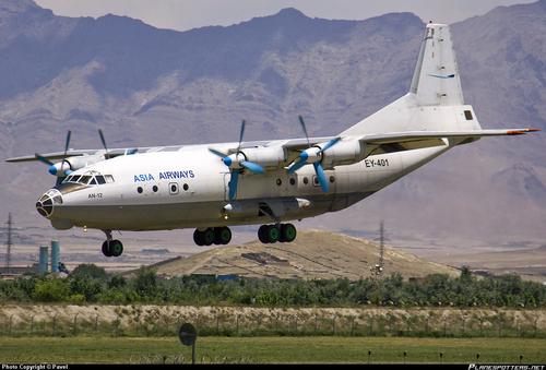 آنتونوف ای ان-۱۲  یک هواپیمای ترابری است که دارای چهار موتور توربوپراپ میباشد. این هواپیما مدل نظامی هواپیمای آنتونوف-۱۰ میباشد.