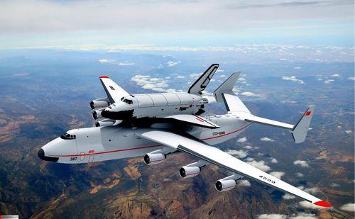 آنتونوف ۲۲۵ مریا یک هواپیمای باری-ترابری طراحی شده توسط آنتونوف شوروی پیشین است که پس ازفروپاشی اتحاد جماهیر شوروی تولید آن در اوکراین دنبال شده و در عین حال بزرگترین هواپیمای بالثابت جهان میباشد. این هواپیما را میتوان نسخه بزرگ شده هواپیمای آنتونوف-۱۲۴ دانست.