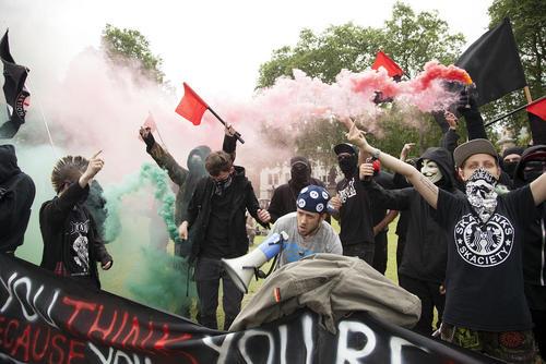 اعتراض جمع کوچکی از آنارشیست ها  علیه برکسیت در مقابل پارلمان بریتانیا در لندن