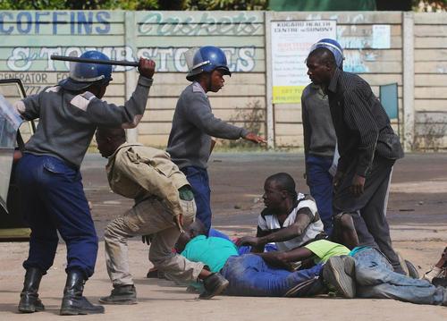 حمله پلیس زیمبابوه به اعتصاب رانندگان تاکسی – هراره
