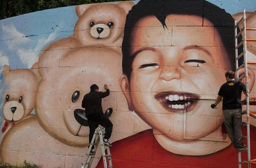 نقاشی دیواری از آیلان کردی کودک پناهجوی کرد سوری در شهر فرانکفورت آلمان
