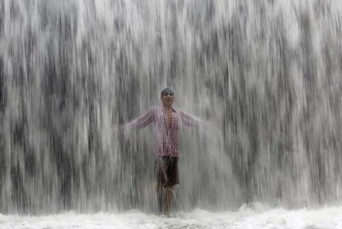 پناه بردن به زیر آبشار در گرمای شهر بمبئی