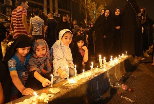 روشن کردن شمع به یاد قربانیان در محل انفجار تروریستی اخیر بغداد – بغداد
