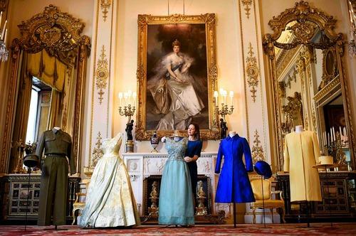 نمایشگاهی از لباس های ملکه بریتانیا به مناسبت نودمین سالگرد تولد او در کاخ باکینگهام
