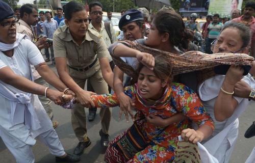 درگیری پلیس هند بایکی از فعالاان ضد تجاوز جنیسی