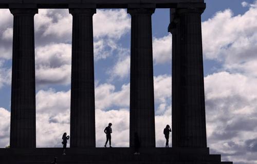 گردشگران در محل یادبود جنگ ملی اسکاتلند در نزدیکی شهر اندینوبورگ مرکز منطقه اسکاتلند
