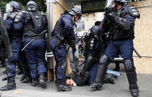 رگیری پلیس ضدشورش با معترضین به قانون کار در فرانسه