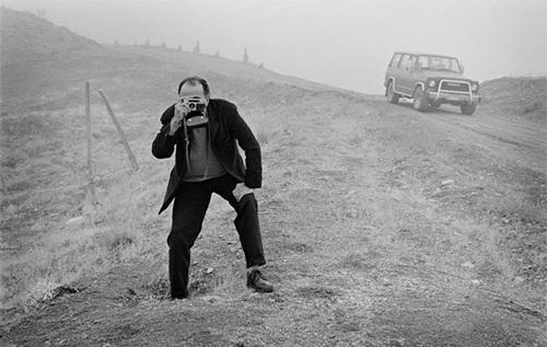 کیارستمی در حال عکاسی در کنار ماشین معروفش