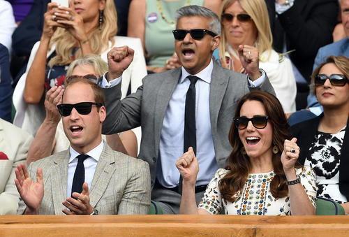 صادق خان شهردار لندن در کنار پرنس ویلیام و کاترین میدلتون در حال تشویق کردن اندی موری تنیسور بریتانیایی در مسابقات جام ویمبلدون