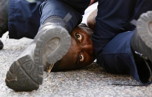 دستگیری معترضان به رفتار خشن پلیس آمریکا با سیاهان – ایالت لوییزیانا آمریکا