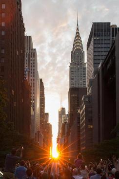 غروب آفتاب در یکی از خیابان های محله منهتن نیویورک