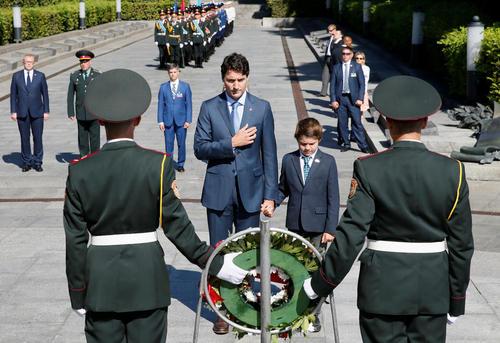 ادای احترام جاستین ترودو نخست وزیر کانادا به همراه پسرش خاویر به مقبره سرباز گمنام در شهر کی یف اوکراین