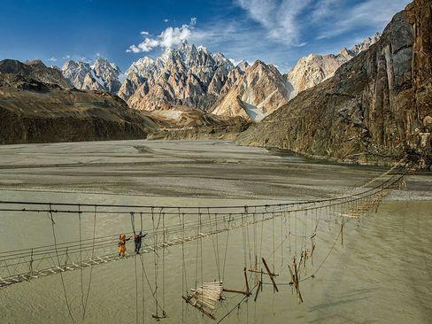 خطرناک ترین پل طنابی جهان در منطقه هونزا در شمال پاکستان