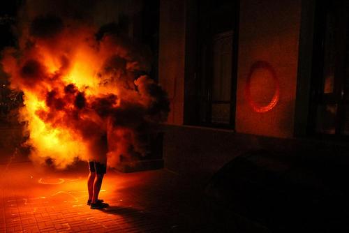حمله فعالان اوکراینی به سفارت روسیه در شهر کی یف در اعتراض به دستگیری یک فیلمساز اوکراینی تبار در روسیه در چهلمین سالگرد تولد این فیلمساز