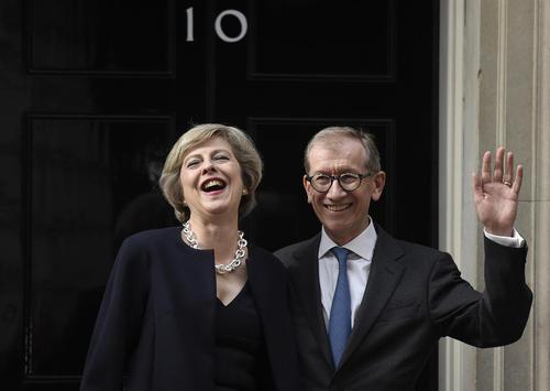 خانم ترزا می نخست وزیر جدید بریتانیا و همسرش در حال ورود به مقر نخست وزیری در لندن