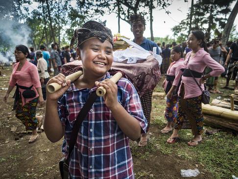 مراسم ستنی دفن دوباره استخوان های مردگان از سوی اعضای خانواده – بالی اندونزی