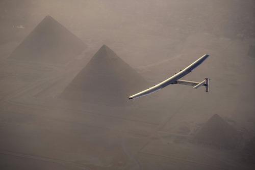 عبور هواپیمای خورشیدی از فراز اهرام ثلاثه در مصر