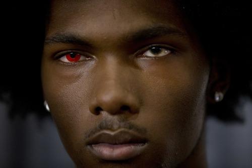 یک مانکن با یک چشم قرمز در جریان یک شو در نیویورک