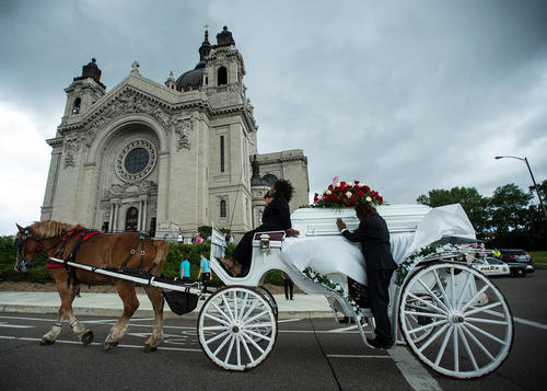 مراسم تدفین یک جوان سیاه پوست که هفته گذشته در اثر تیراندازی پلیس آمریکا کشته شد – سنت پاول ایالت مینه سوتا
