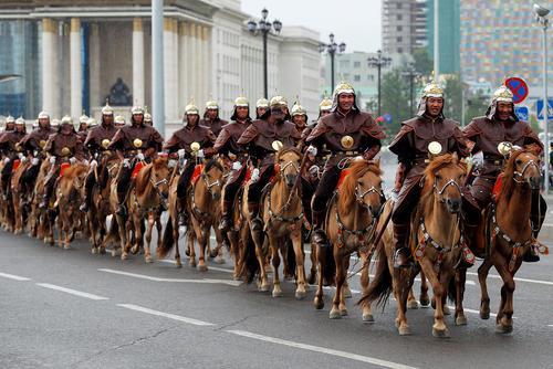 استقبال رسمی گارد سواره تشریفات ارتش مغولستان از شینزو آبه نخست وزیر ژاپن – اولان باتور