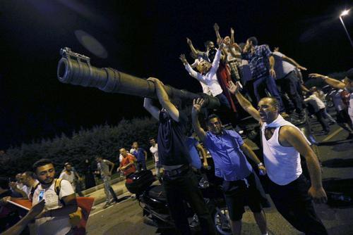 مخالفان کودتا و تانک های نظامیان کودتا در ترکیه