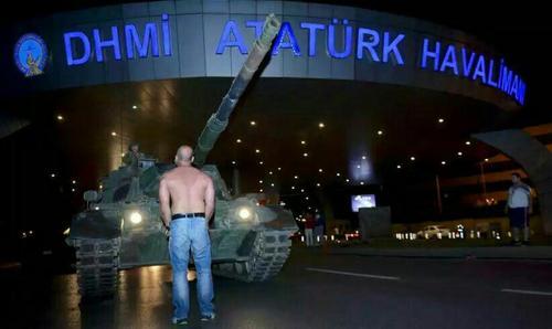 مردی که در مقابل تانکی در فرودگاه آتاتورک ایستادگی می کند