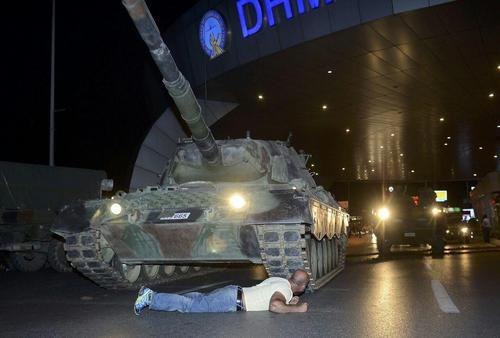 مردی در فرودگاه آتاتورک شهر استانبول ترکیه با دراز کشیدن مقابل تانک کودتاچیان آن را از حرکت بازداشته است.