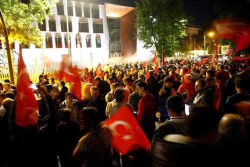 تجمع افرادی با پرچم ترکیه در مقابل سفارت این کشور در شهر برلین آلمان