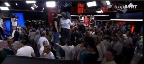 ورود مردم وپلیس به شبکه تلویزیونی دولتی ترکیه در آنکارا و آزادسازی شبکه از نظامیان کودتاگر