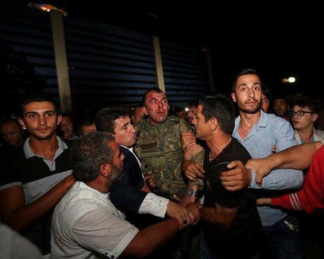 نیروهای پلیسترکیه کماکان سربازانی را که اقدام به کودتا کرده بودند بازداشت میکنند.