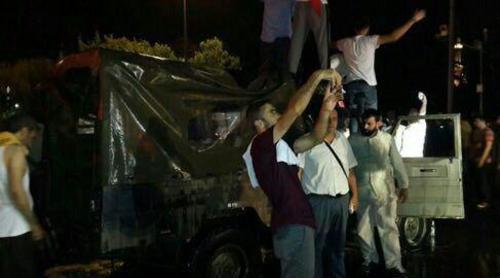 خودروها و تجهیزات نیروهای ارتش به دست حامیان اردوغان افتاد.