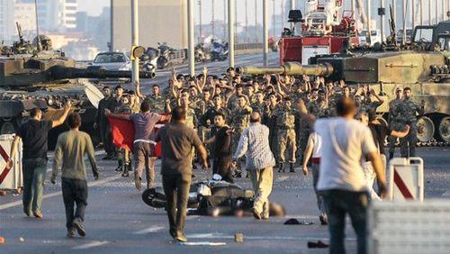 این تصویر لحظهای است که گروهی از 60 سرباز نیروهای کودتاچی در پل بوسفر استانبول خود را تسلیم میکنند