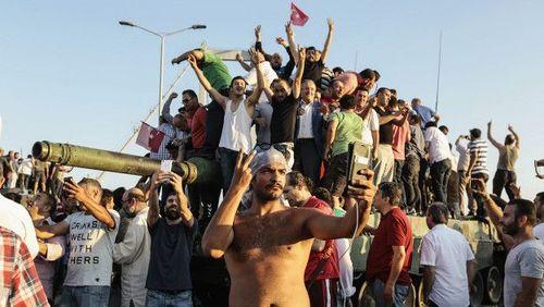ترکیه / عکس یادگاری با تانکی که از نیروهای حامی کودتا گرفته شده است