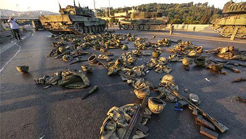 وسایل سربازانی که روی پل بسفر استانبول خود را تسلیم کردند