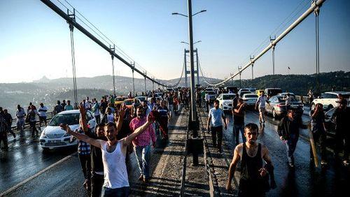 این پل بر روی تنگه بسفر شب گذشته صحنه شدیدترین درگیریها بود. نیروهای حامی کودتا پل را بسته بودند و شمار زیادی کشته شدند