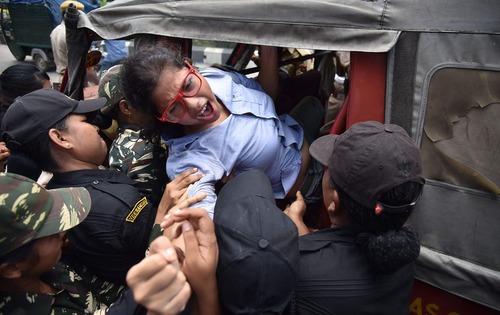 دستگیری معترضان عضو حزب کمونیست هند در تظاهرات اعتراضی آنها علیه خصوصی سازی 12 چاه نفت - آسام
