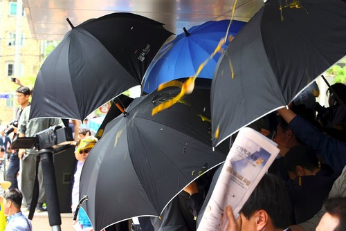 پرتاب تخم مرغ و بطری آب به سمت نخست وزیر کره جنوبی به دلیل موافقت دولت با استقرار سیستم دفاع موشکی آمریکا در شهر سئونگ جو کره جنوبی