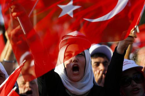 تجمع هواداران رجب طیب اردوغان رییس جمهور ترکیه در مقابل اقامتگاه او در استانبول به منظور گوش فرا دادن به سخنرانی رییس جمهور ترکیه