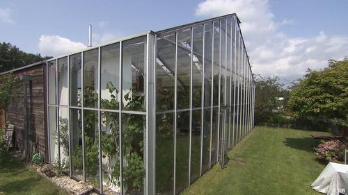 سکونت در گلخانه  این گلخانه در نزدیکی شهر درسدن در شرق آلمان نه تنها محلی برای باغداری است، بلکه محل یک زوج آلمانی نیز هست. این دو ۲۰ سال پیش به رویای مشترک خود جامه عمل پوشاندند؛ اینکه در یک محل هم زندگی کنند، هم کار کنند و هم از طبعیت لذت ببرند.