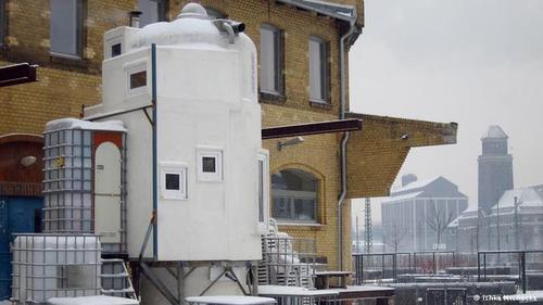 سکونت در سیلو  مهندس یان کوربس از یک سیلو در شهر لاهه هلند خانهای دو طبقه ساخته است. اتاق خواب، آشپزخانه، حمام و ... تنها در ۱۳ متر مربع.