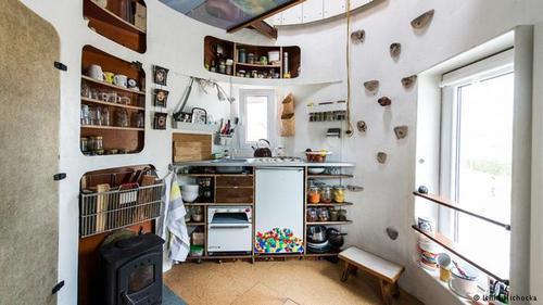 سکونت در سیلو  نه تنها خود خانه از بازسازی سازهای قدیمی ساخته شده، بلکه وسایل وجود در آن هم اشیای قدیمی بازسازی شدهاند. یان کوربس با این اقدام میخواست نشان دهد که همه چیز قابل تجدید است. بدون او شاید تمام اجزای این آشپزخانه دور ریخته میشد. حال فقط بخاری و اجاق نو خریداری شدهاند؛ آن هم برای ایمنی.