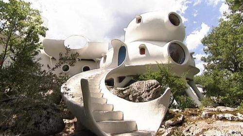 خانه کروی یک هنرمند  در این ساختمان از کنج و گوشه خبری نیست. این خانه از ترکیب چند کره ساخته شده است. جوئل اونال، هنرمند فرانسوی، در خانهای عاری از کنج و گوشه را خیلی طبیعیتر میداند. او و همسرش ساختن این خانه را در دهه ۱۹۷۰ در منطقه