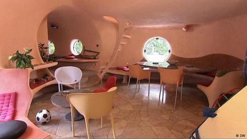 خانه کروی یک هنرمند  این خانه که ساخت آن ۳۶ سال طول کشید، در سال ۲۰۱۰ در فهرست میراث ملی فرانسه ثبت شد.