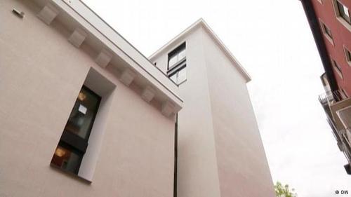 سکونت در پناهگاه بتونی  در این ساختمان بتونی در هنگام بمبارانهای جنگ دوم جهانی دوم تا ۸۰۰ نفر میتوانستند پناه بگیرند. اعضای یک دفتر مهندسی در شهرک زیگن آلمان این پناهگاه را به آپارتمانی چند واحدی تبدیل کردهاند. برای نصب پنجرههای این ساختمان به وسایل ویژهای نیاز بود، زیرا دیوارهای این پناهگاه بتونی بیش از یک متر ضخامت دارند.