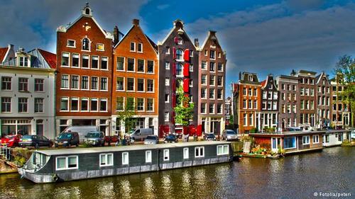قایقهای مسکونی آمستردام  قایقهایی که به محل زندگی انسان تبدیل شدهاند، مختص آمستردام نیستند، اما این