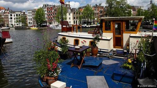 قایقهای مسکونی آمستردام  این قایقها در سالهای دور بار کشتیهایی را که در بندر آمستردام پهلو میگرفتند، از طریق کانالهای کمعرضتر به داخل شهر منتقل میکردند. قایقهای مسکونی آمستردام به شبکه برق و آب و فاضلاب و مخابرات هم متصلاند و گردشگران هم میتوانند آنها را اجاره کنند.