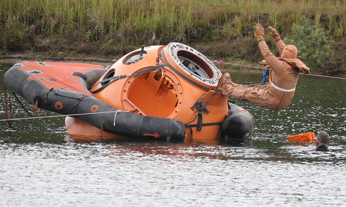تمرین فضا نورد روسی در زیر آب