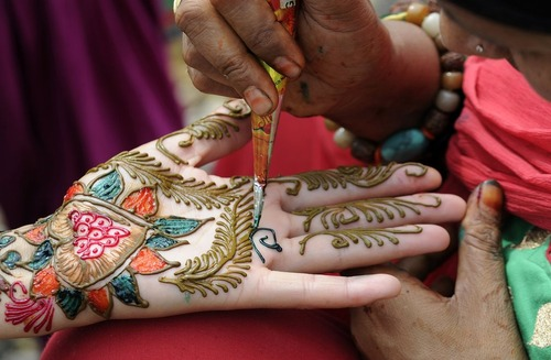 رنگ آمیزی دستان عروسان نپالی - کاتماندو